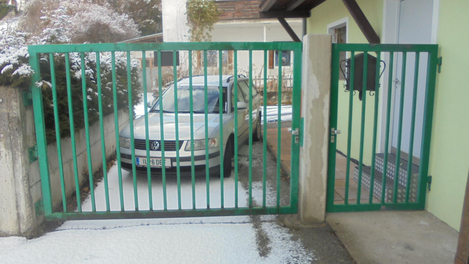 Einfahrtstor mit Eingangstüre